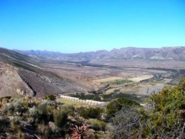 The empty Beervlei dam next to the Windheuwel Pass